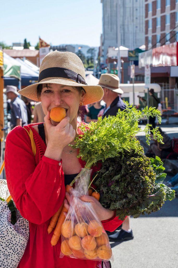 farmgate-market-happy-shopper
